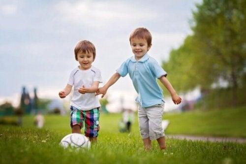 top oynayan iki çocuk