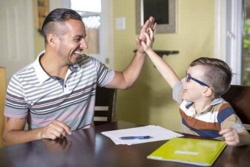 babasıyla elele ders çalışan çocuk