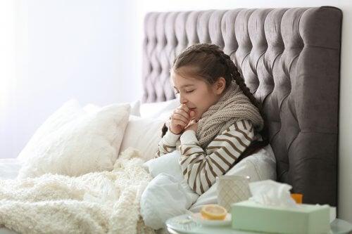 çocuklarda solunum yolu enfeksiyonları yatakta yatan hasta kız