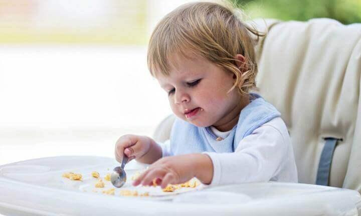 yemek yiyen çocuk