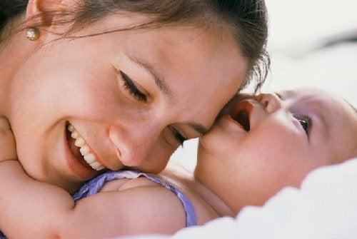 Çocuğunuza vücut dili ile sevginizi göstermenin 7 yolu