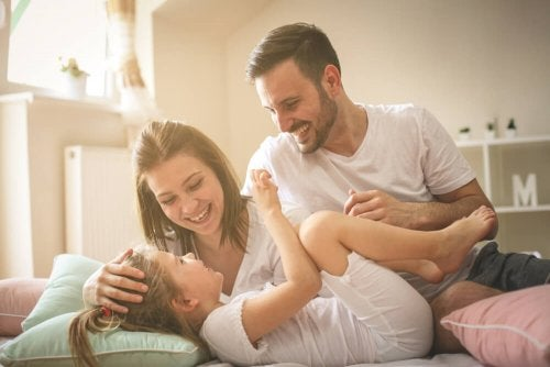 oyun oynayan anne baba ve çocuk