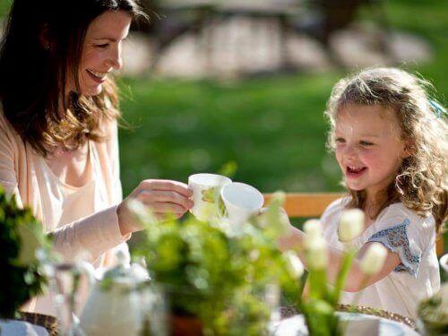bahçede anne ve kız