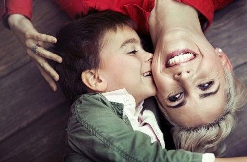 gülümseyen anne ve çocuk