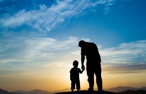 el ele tutuşan baba ve oğlu