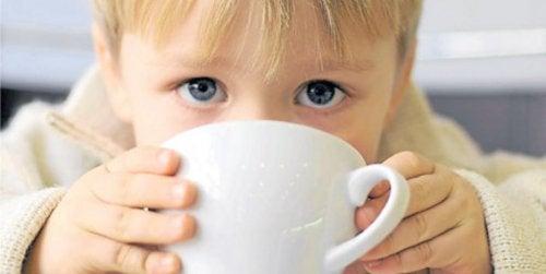 çay içen çocuk