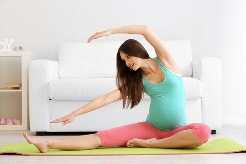 pilates yapan hamile kadın