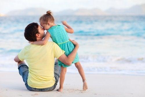 deniz kenarında oturan baba kız