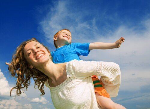 açık havada oynayan anne ve çocuk