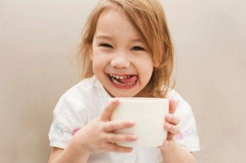 gülümseyen kız çocuğu ve kahve