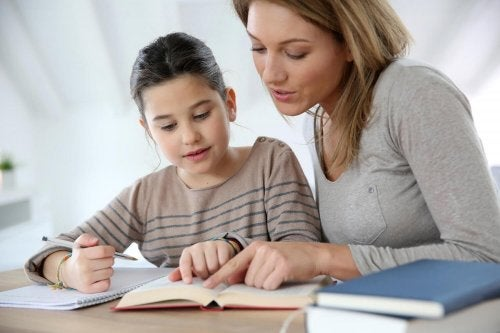 anne kız ders çalışıyor