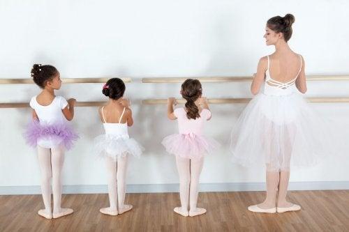bale yapan kızlar