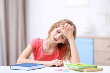 baş ağrısı olan küçük kız