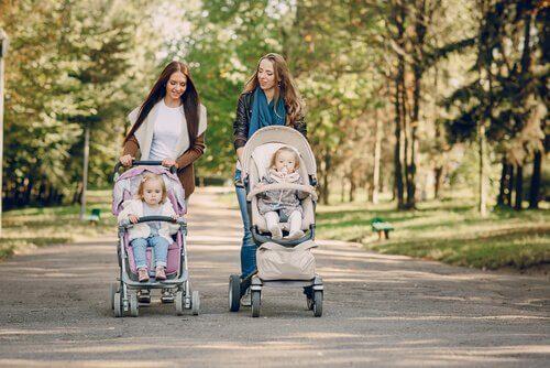 bebek arabaları ile yürüyen iki anne