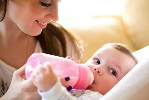 biberondan mama içen bebek