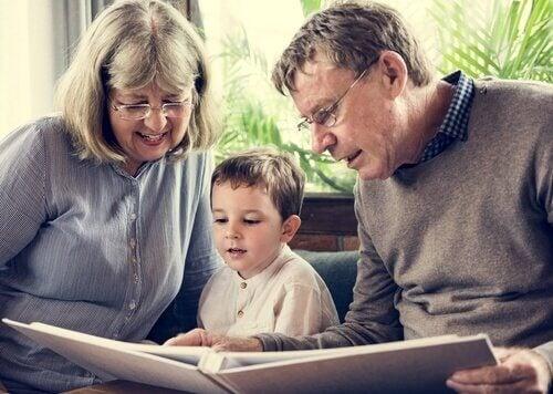 torunlarına hikaye anlatan büyükanne ve büyükbaba