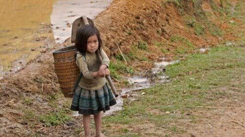sırtında yük taşıyan çocuk