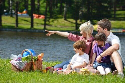 piknik yapan aile