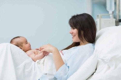 kucağında bebeğini seven kadın
