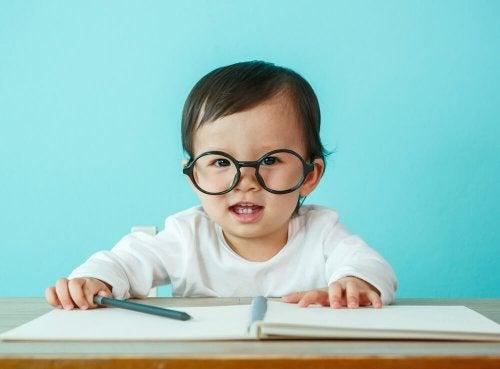 gözlük takan bebek