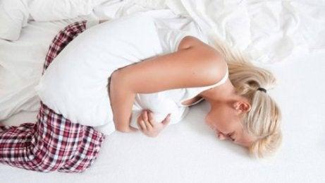 yastığı karnına bastıran kadın
