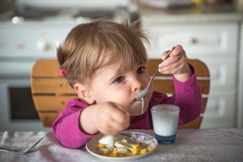 kahvaltı yapan küçük bebek