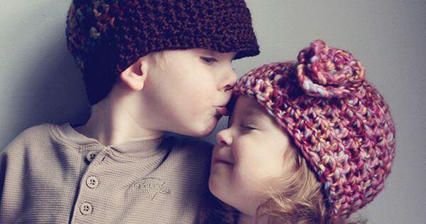 küçük kardeşini öpen çocuk
