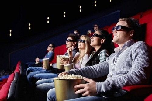 sinema izleyen bir aile