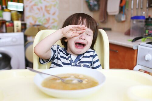 masa başında ağlayan çocuk