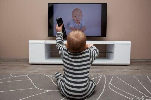 tv izleyen çocuk