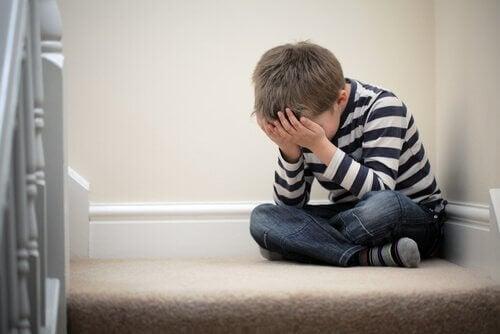 köşede ağlayan çocuk