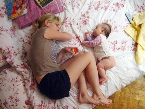 yalnız uyumak istemeyen çocuk ve annesi