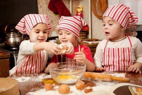 yumurta kıran üç küçük çocuk