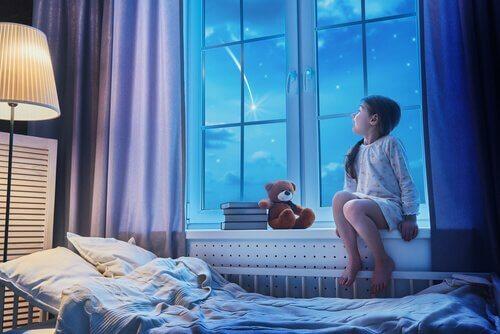 yıldızlara bakan çocuk
