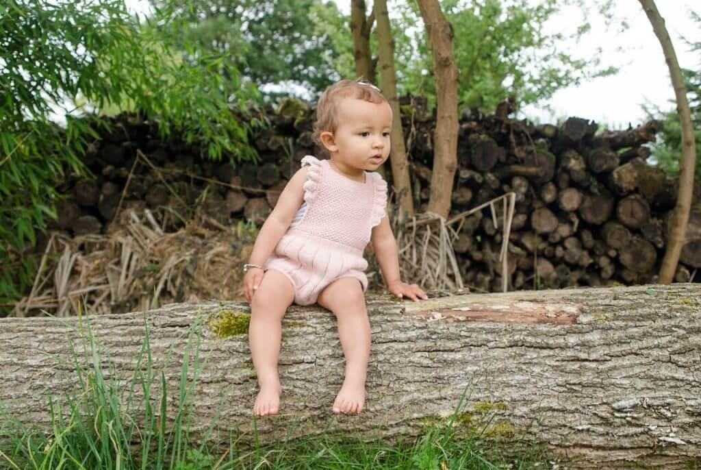 ağaçta oturan bebek