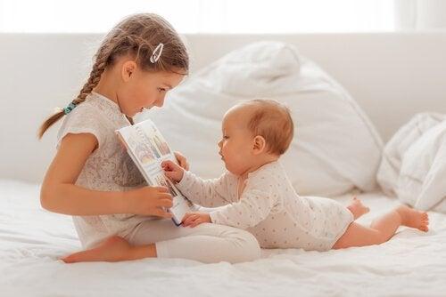 kardeşiyle oynayan bebek