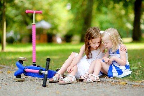 parkta oturan kızlar