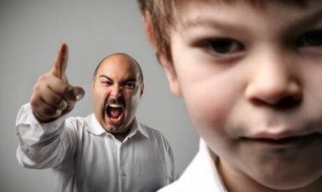 çocuğunu azarlayan baba