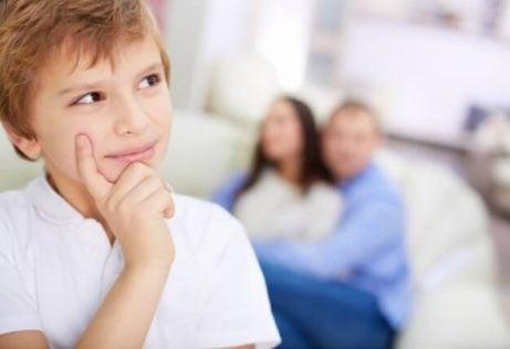 ailesi arkada düşünen çocuk