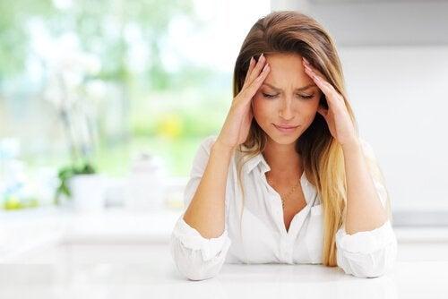 baş ağrısı çeken anne