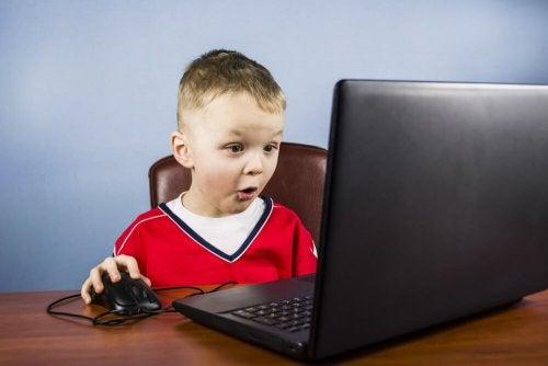 bilgisayarda oynayan çocuk
