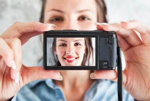kendi fotoğrafını çeken kadın
