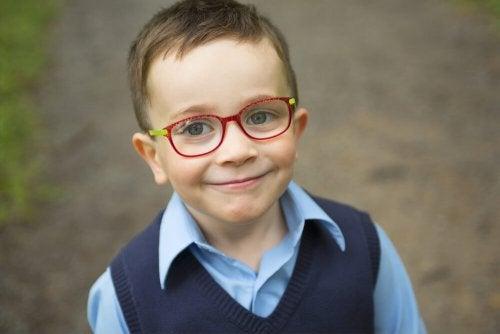 kırmızı gözlüklü çocuk