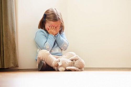 duvarda oturan kız