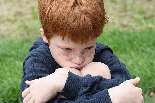 mutsuz çocuk oturuyor