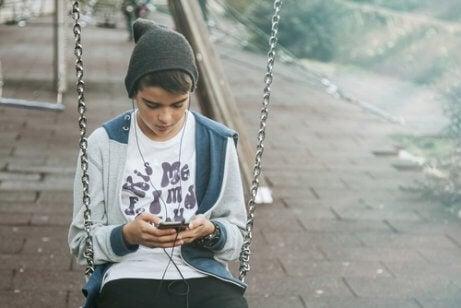 salıncakta oturan çocuk