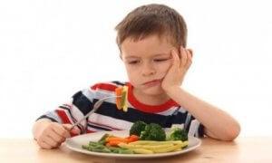sebze yiyen çocuk