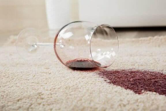 halıya dökülmüş şarap kadehi