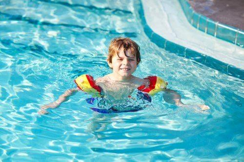 yüzen çocuk
