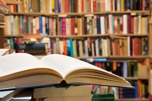 kütüphanede kitaplar